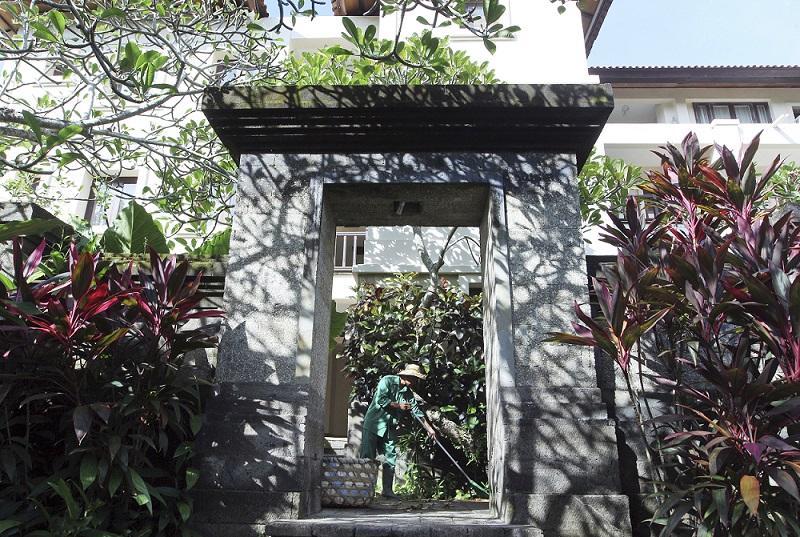 http://www.thestandard.com.hk/breaking-news/section/1/88417/Bali-officials-promise-to-flatten-Trump-six-star-hotel