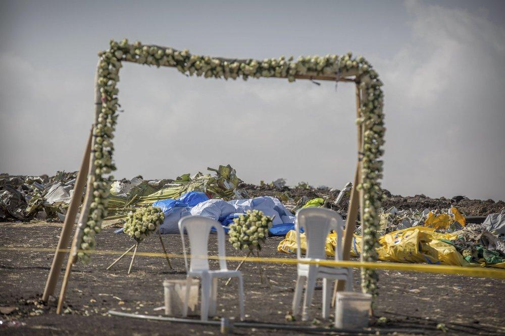 http://www.thestandard.com.hk/breaking-news/section/4/124048/(Ethiopian-Air-crash)-Mourners-descend-on-site-of-debris