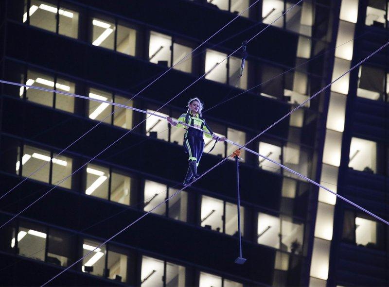 Daredevils Wallendas pull off 25-story high wire walk