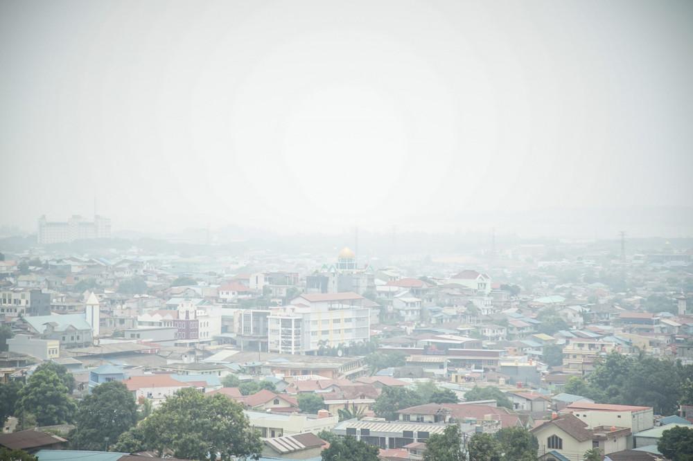 Smog blankets Bengkong in Batam, Riau Islands, on Monday.