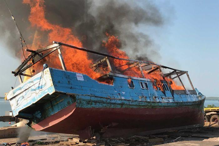 http://www.thestandard.com.hk/breaking-news/section/4/136941/Australia-destroys-Indonesian-boat-nabbed-with-shark-fin