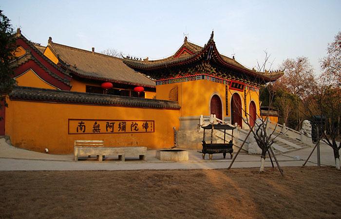 http://www.thestandard.com.hk/breaking-news/section/3/140541/Wuhan-cancels-Guiyuan-temple-gathering