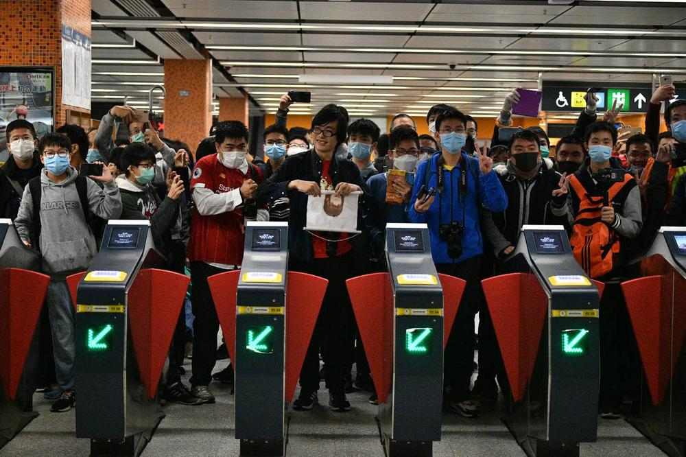 http://www.thestandard.com.hk/breaking-news/section/4/141836/Dozens-take-first-ride-on-Tuen-Ma-line