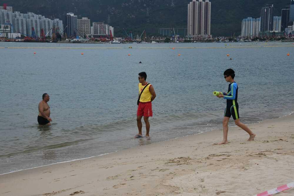 http://www.thestandard.com.hk/breaking-news/section/4/148431/Beach-remains-shut,-but-woman-drowns