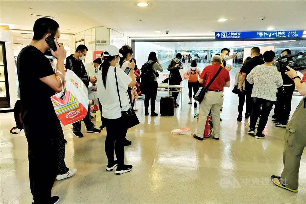 Twenty Taiwanese arrive at Taoyuan International Airport via Hong Kong.