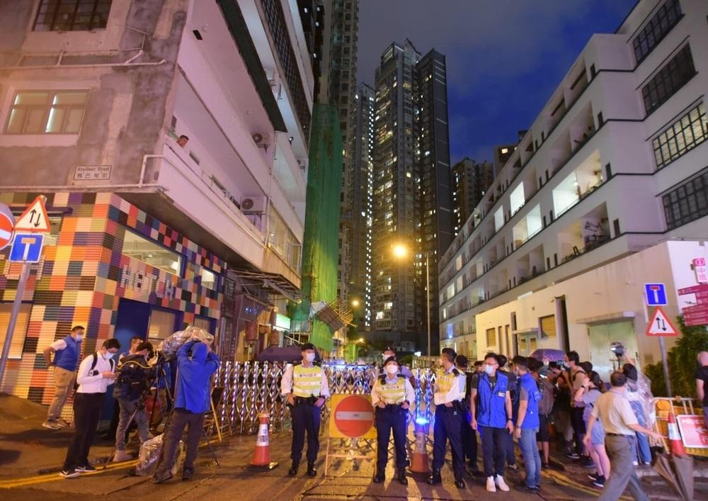 https://www.thestandard.com.hk/breaking-news/section/4/177039/New-mutant-case-sparks-lockdown-in-Sheung-Wan