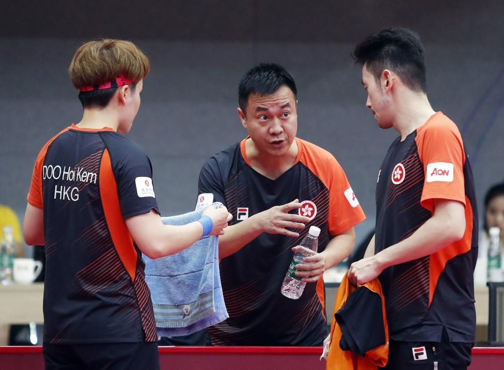 Li Ching (center) coaching Doo Hoi-kem (left) and Wong Chun-ting (right). File photo.