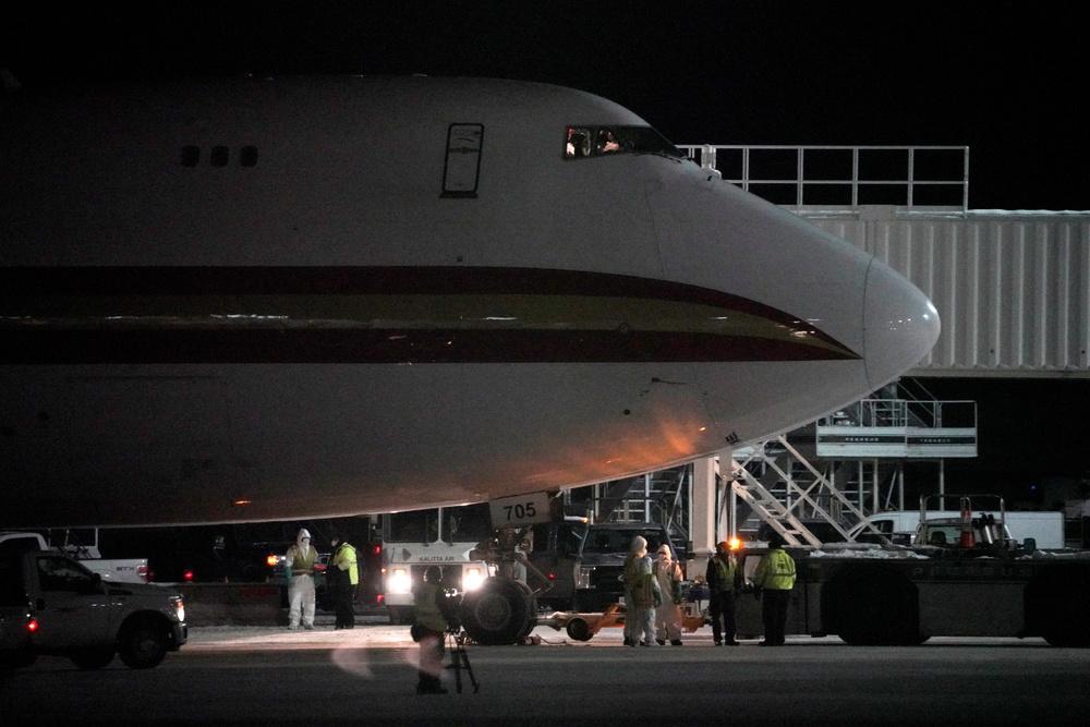 https://www.thestandard.com.hk/section-news/section/11/215816/Vietnam-bans-HK-visitorsas-airlifts-pick-up-pace