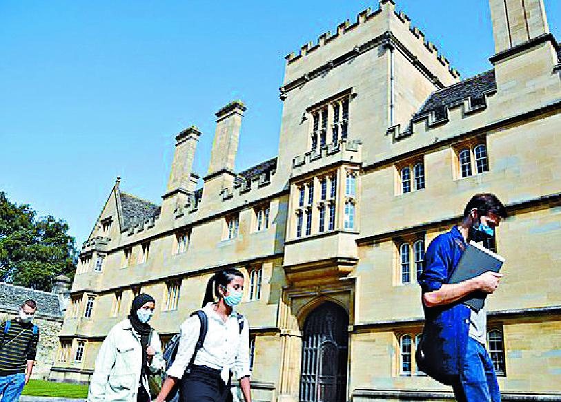 Students wear masksoutside Oxford University'sWadham College. REUTERS