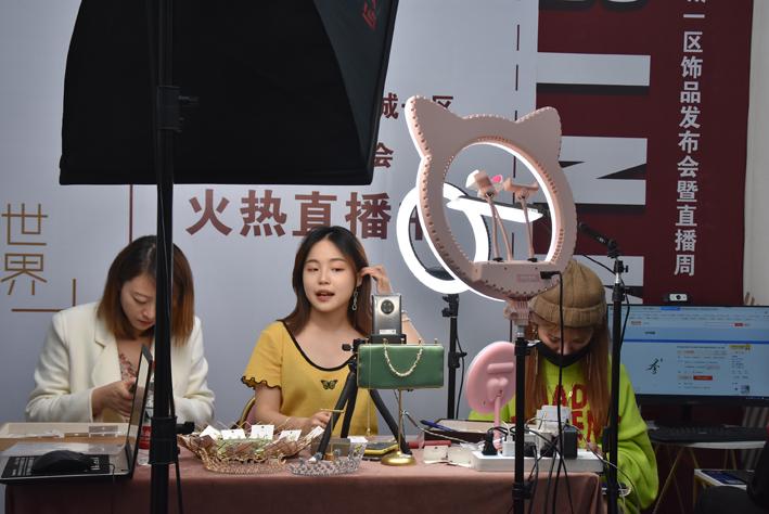 https://www.thestandard.com.hk/section-news/fc/1/226874/Streaming-service-Kuaishou-shifts-focus-to-e-commerce
