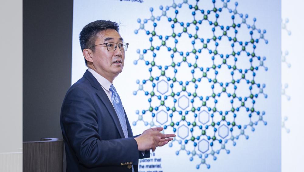 Professor Xun-Li Wang, Head of Department and Chair Professor of Physics, CityU